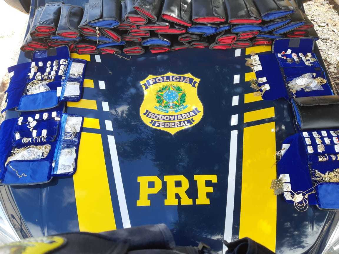 PRF apreende semijoias escondidas em carro de passeio em Picos