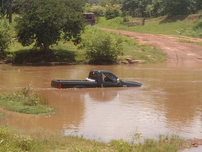 Santa Cruz dos Milagres: Motorista se arrisca ao atravessar rio e carro quase é submerso