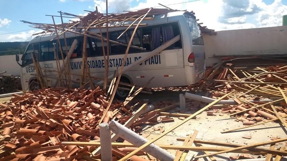 Parte do teto de estrutura da Uespi de Picos cai e atinge micro-ônibus