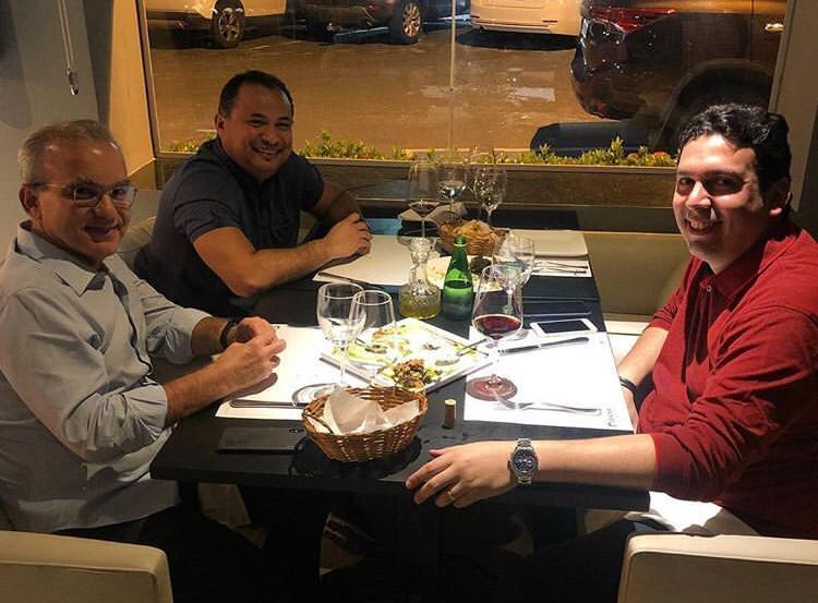 Firmino encontra com Evaldo e Dr. Marcos Vinícius em restaurante de Teresina