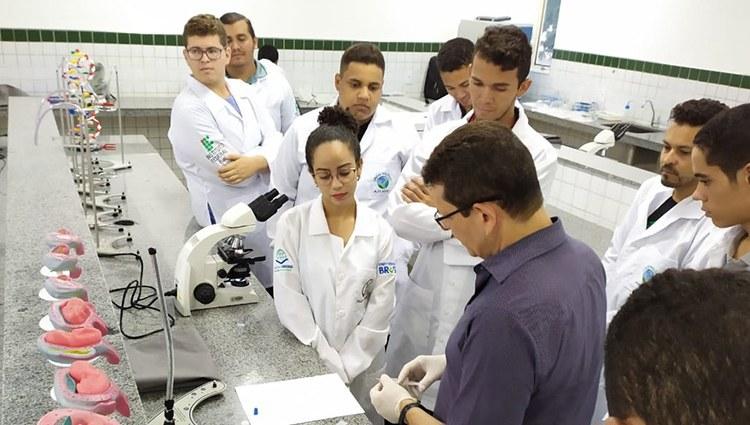 Alunos de Biologia do Campus do IFPI de Valença têm aula prática de Análises Clínicas