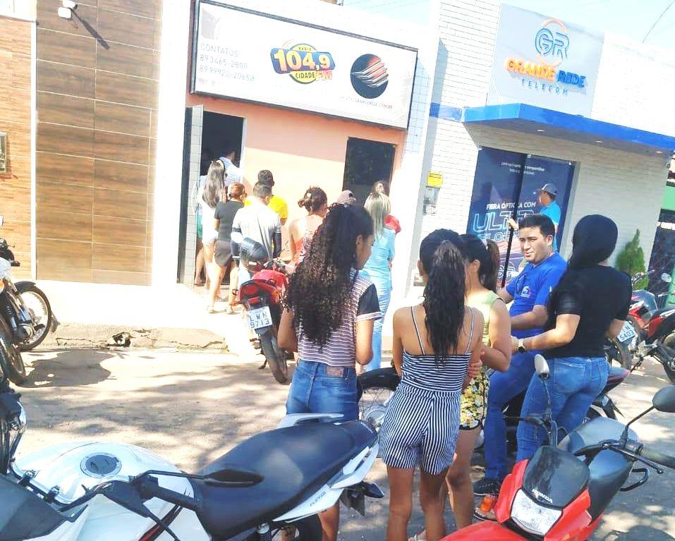 Em Valença PI, fãs fazem fila no primeiro dia de venda de ingressos do show 'Largado às Traças'