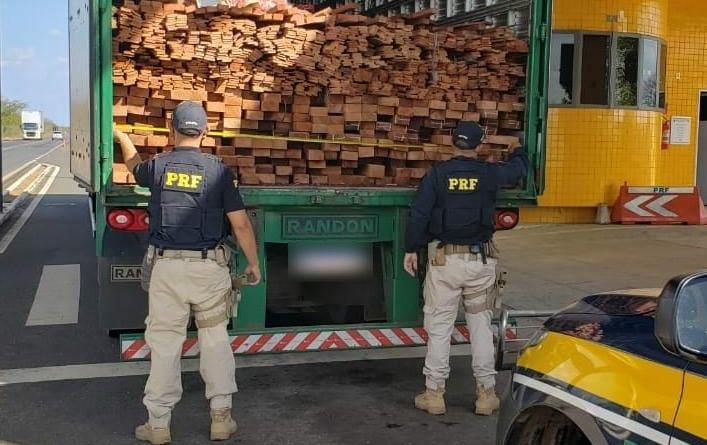 PRF apreende carga de madeira ilegal em Valença do Piauí