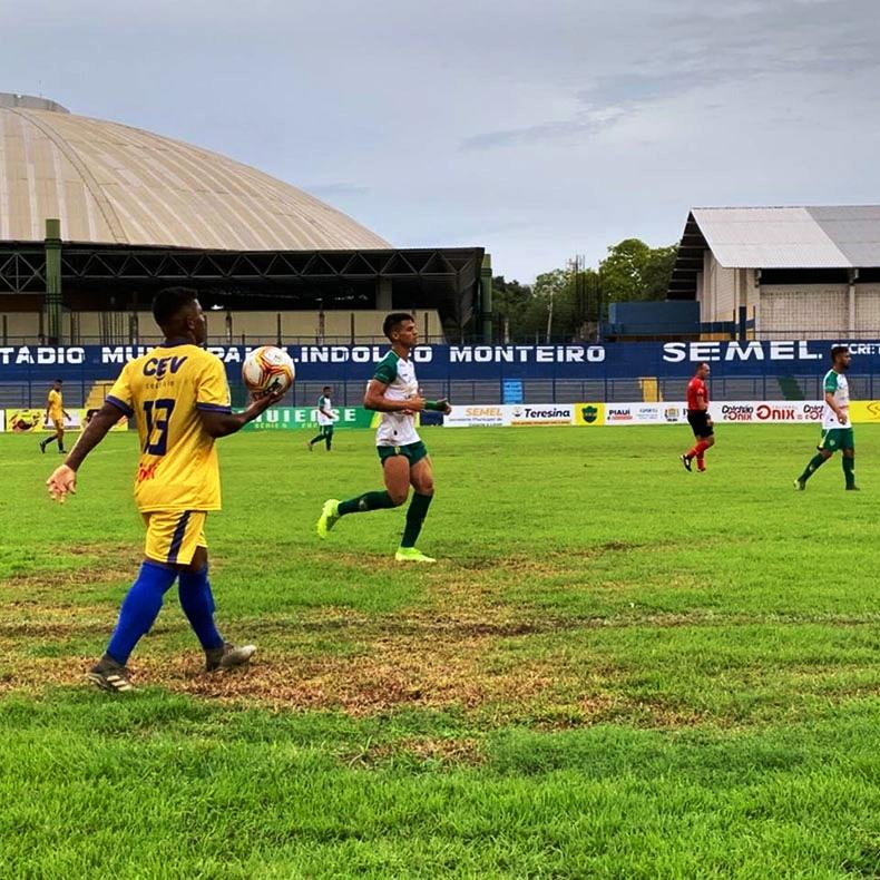 Em jogo tumultuado, Tiradentes e Picos ficam no empate sem gols
