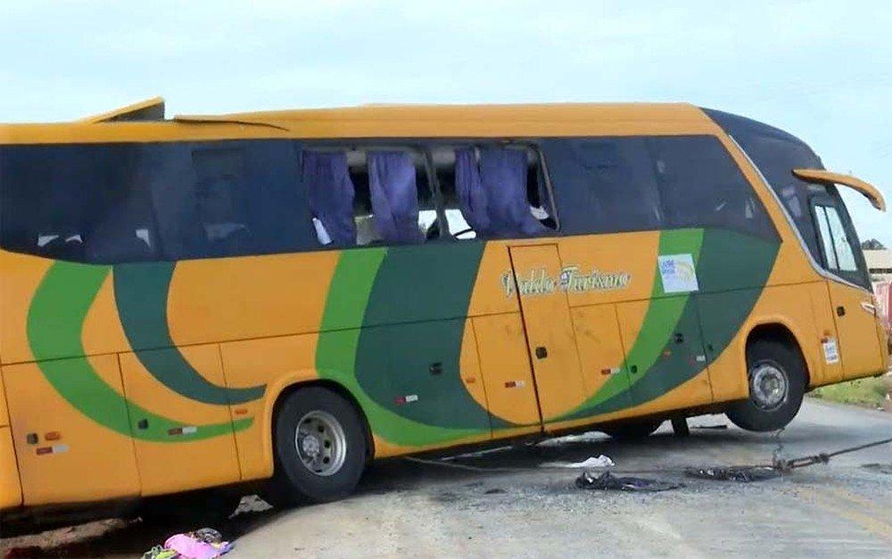 Ônibus que saiu de Valença do Piauí tomba e deixa cinco mortos na Bahia