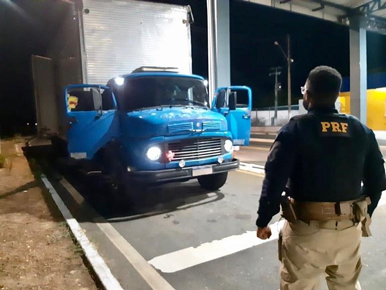 PRF flagra caminhoneiro com maconha e rebite na BR 316 em Valença