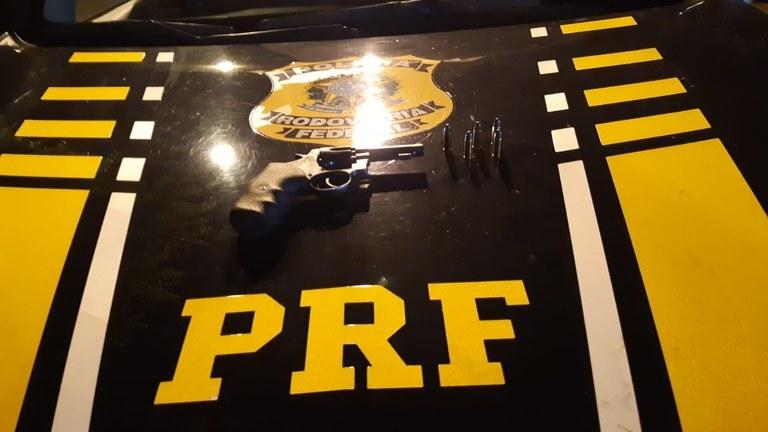 Picos: homem é preso na BR-316 suspeito de porte ilegal de arma de fogo e munições
