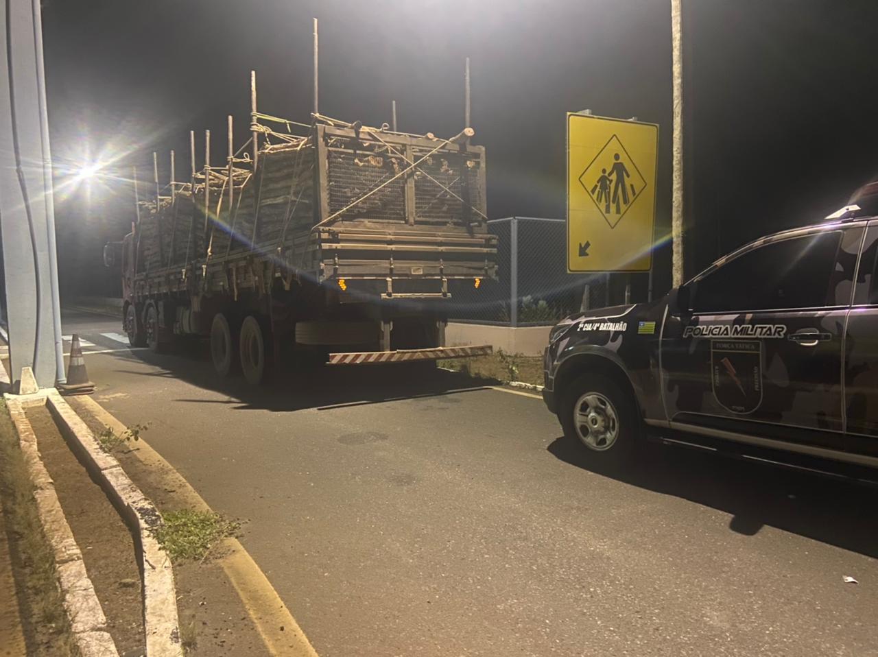 Força Tática apreende carga ilegal de madeira na BR 316 em Inhuma