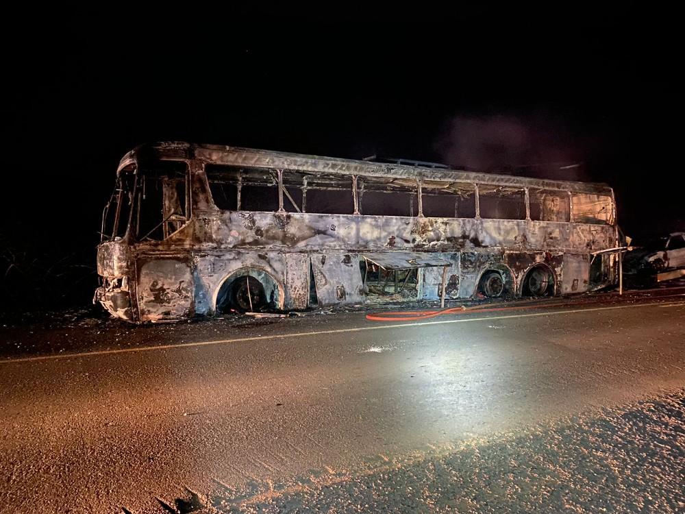 Ônibus pega fogo e fica totalmente destruído em Ipiranga do Piauí